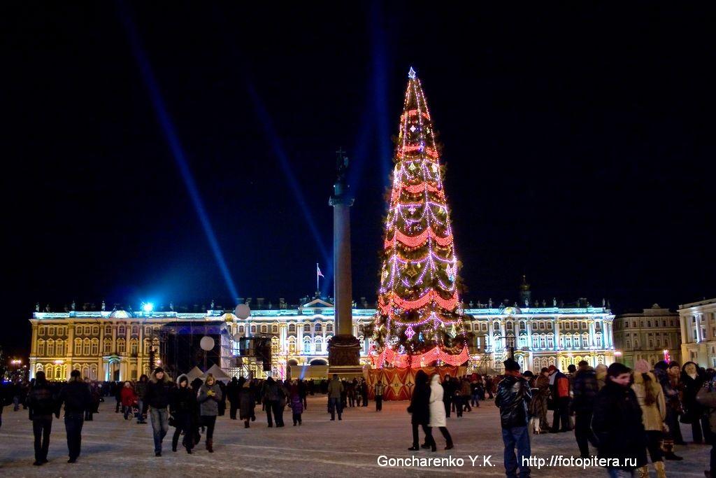 Вид на Дворцовую площадь из-под Арки Главного штаба