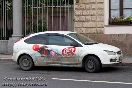 ...рекламирует напиток Crazy Cola. цветник с узором.